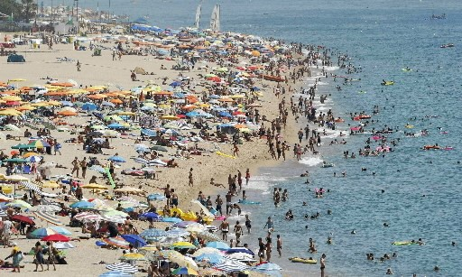 C'est au large des côtes des plages bondées... (Photo Reuters)