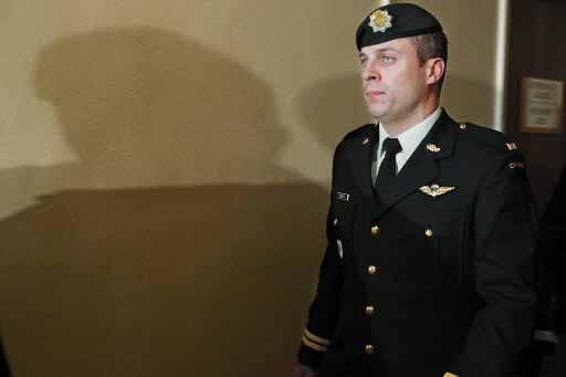 Le capitaine Robert Semrau à sa sortie de... (Photo Presse Canadienne)