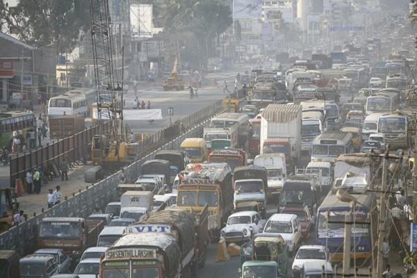 Le bruit des marteaux piqueurs se mêle à celui du trafic... (Photo: Bloomberg)
