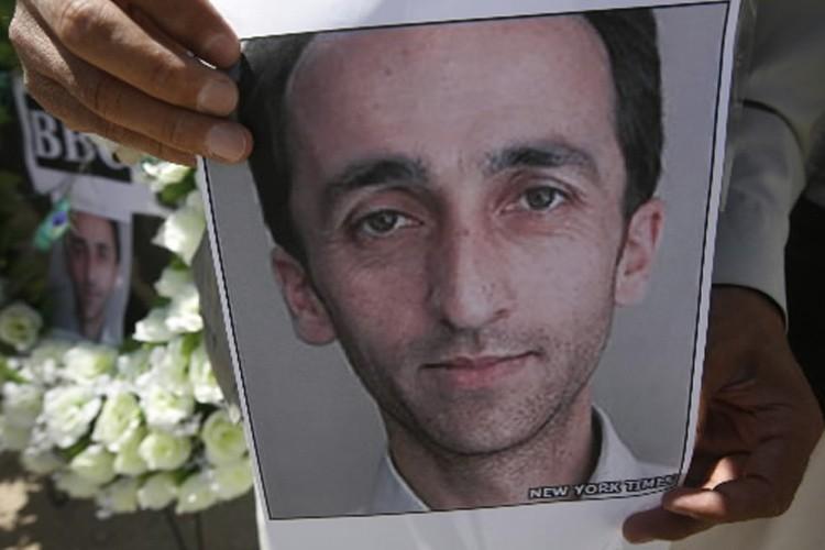 Un journaliste afghan tient une photo de son... (Photo: AFP)