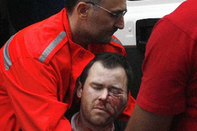 Des ambulanciers sont venus en aides aux partisans... (Photo: AFP)