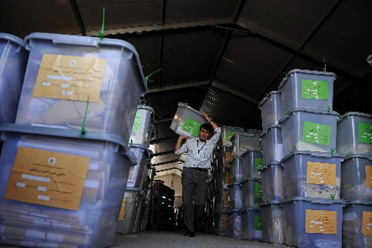 Le recomptage de centaines de milliers de bulletins litigieux de... (Photo: AFP)