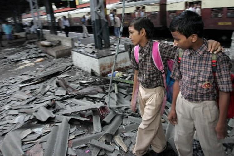 Des écoliers circulent devant l'endroit où l'attentat de... (Photo: AP)