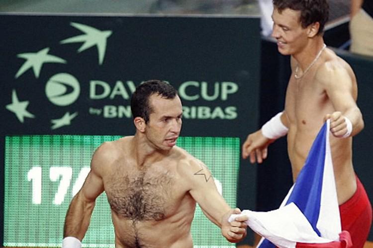 Tomas Berdych et Radek Stepanek célèbrent leur victoire.... (Photo: Reuters)