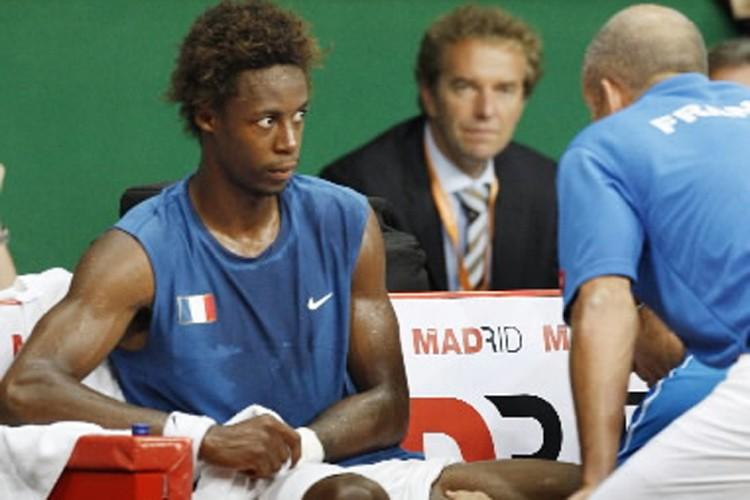 Gaël Monfils reçoit les conseils de l'entraîneur de... (Photo: Reuters)