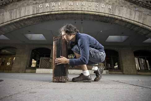 La valise restant toujours au centre du récit.... (Photo David Boily, La Presse)