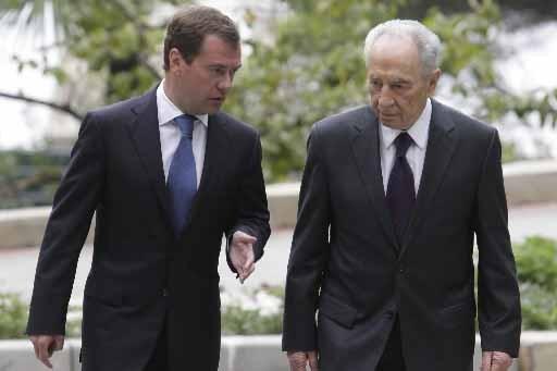 Dmitri Medvedev et Shimon Peres discutent lors de... (Photo AFP)