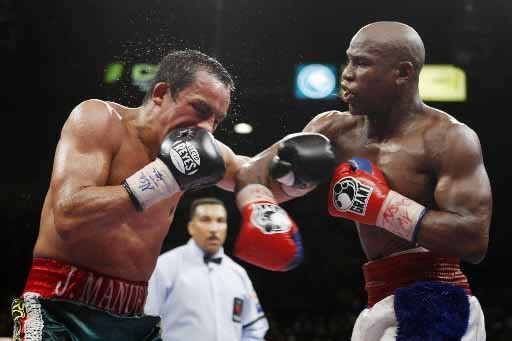 Floyd Mayweather Jr. atteint le Mexican Juan Manuel... (Photo Reuters)