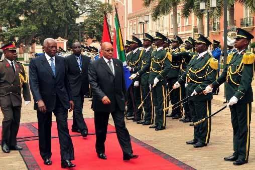 Jose Eduardo dos Santos, à gauche, recevait aujourd'hui... (Photo AFP)