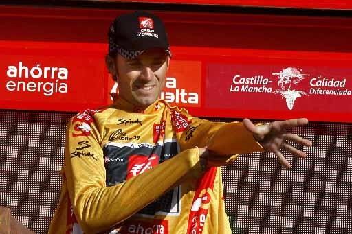 Alejandro Valverde enfile le maillot jaune sur le... (Photo AFP)
