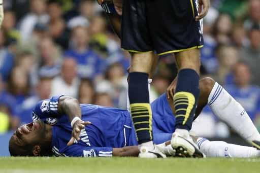 Didier Drogba se tord de douleur sur la... (Photo AFP)