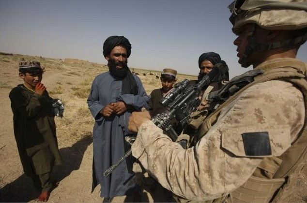 Un soldat s'entretient avec des fermiers en Afghanistan.... (Associated Press)