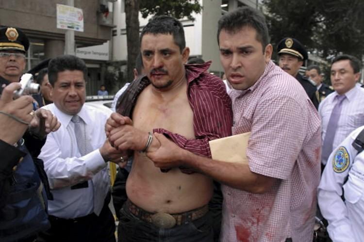 Le suspect au moment de son arrestation.... (Photo: Reuters)