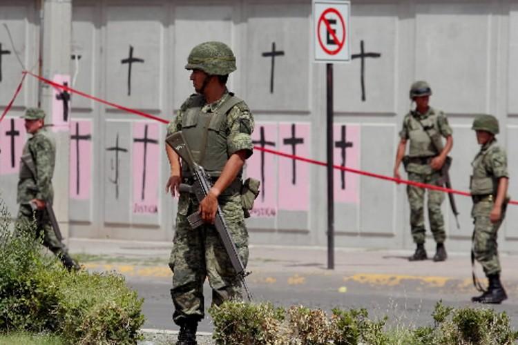 Des soldats font le guet à l'endroit où... (Photo: AFP)