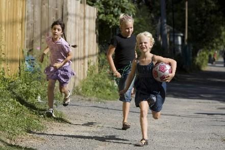 Des enfants jouent dans une ruelle du quartier... (Photo: Robert Skinner, La Presse)