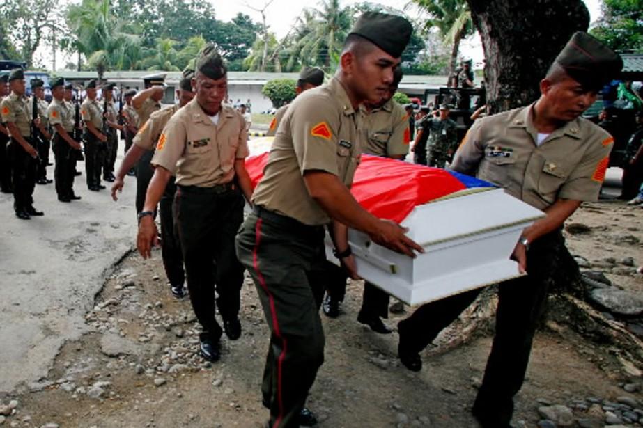 Des soldats philippins transportent le cerceuil d'un de... (Photo archives AFP)