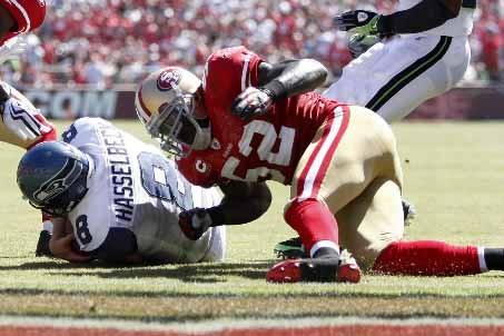 Matt Hasselbeck s'est blessé lorsque Patrick Willis l'a... (Photo AP)