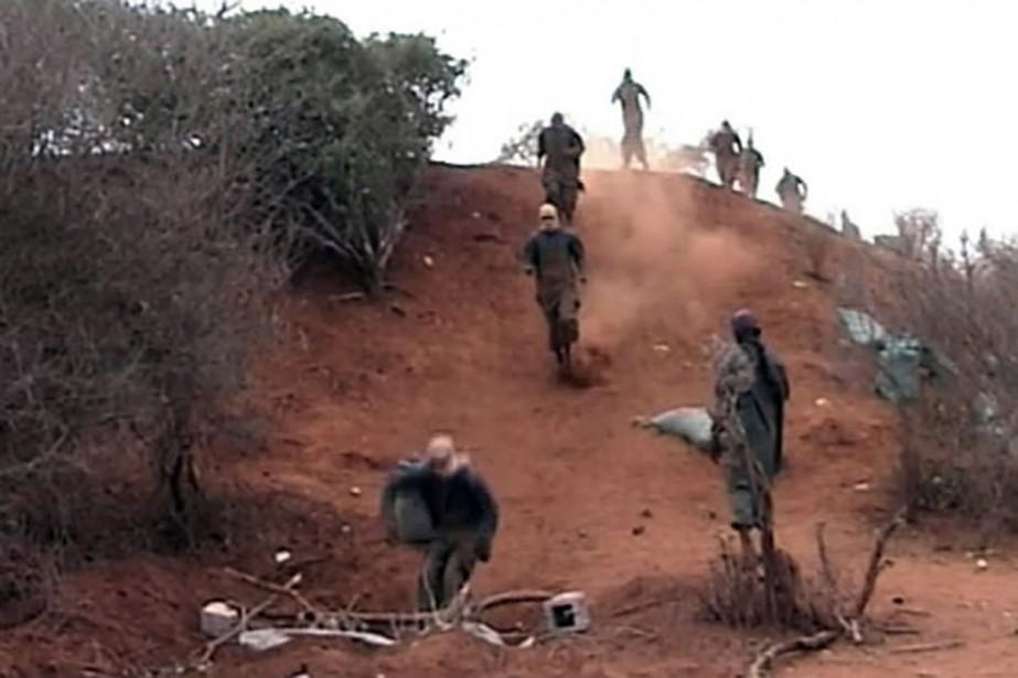 Des images montrent des shebab à l'entraînement près... (Photo AP)