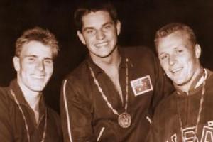 Le nageur australien John Konrads (au centre) avait...