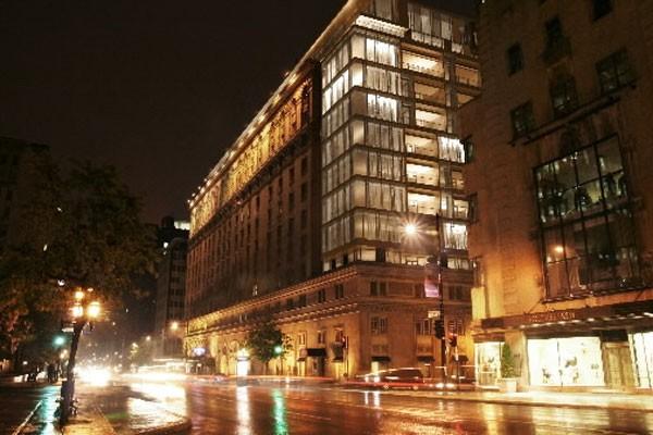 Un incendie a éclaté au Ritz-Carlton de Montréal dans l'avant-midi de mardi.