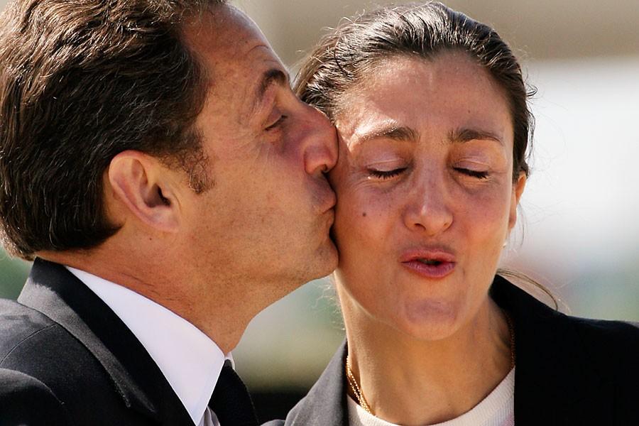 Le président français Nicolas Sarkozy accueille la Colombienne... (Photo archives AFP)