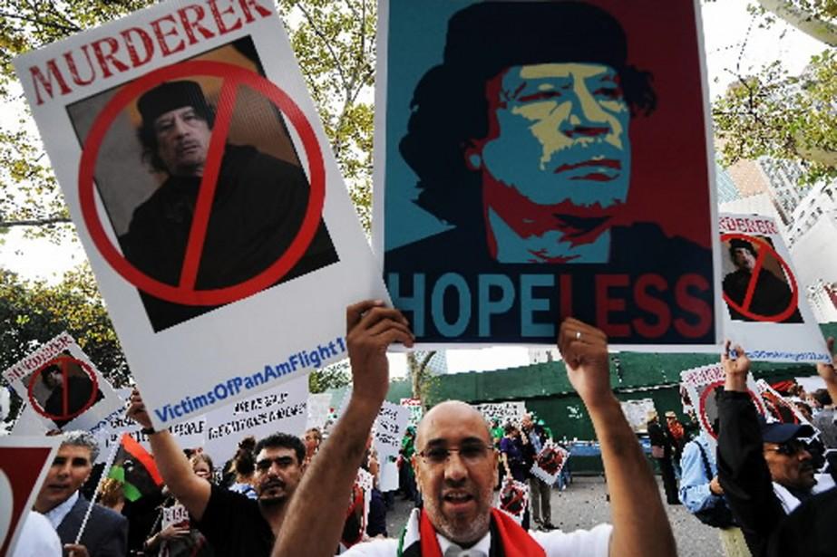 Des centaines de manifestants se sont rassemblés devant... (Photo AFP)