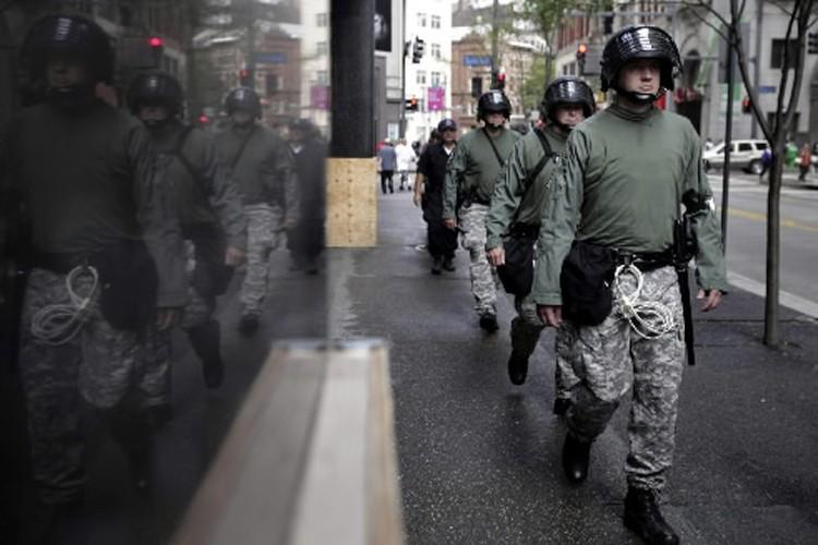 Des policiers ont été déployés dans les rues... (Photo: AP)