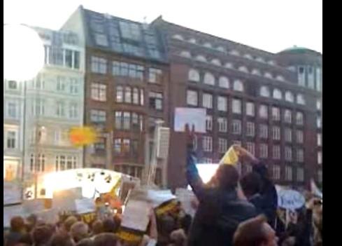 Une vidéo montrant des dizaines de personnes mobilisées via internet pour...