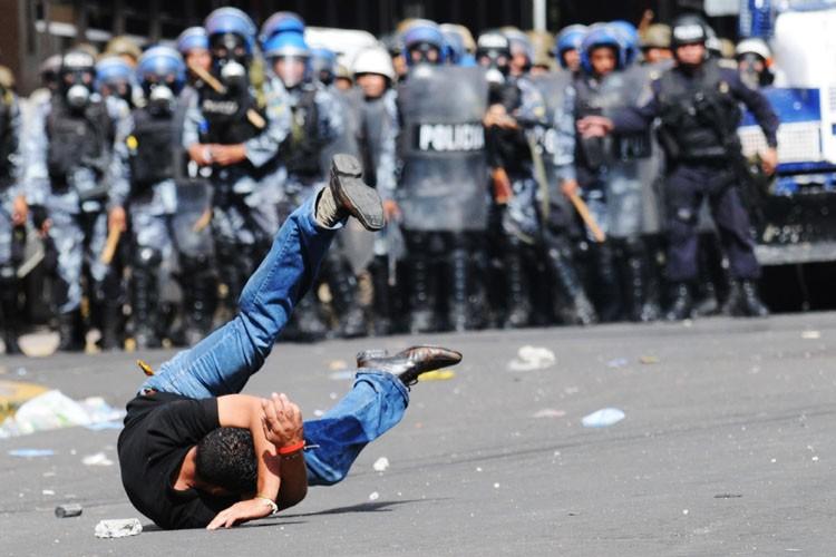 Un manifestant est atteint d'une balle de caoutchouc... (Photo: AFP)