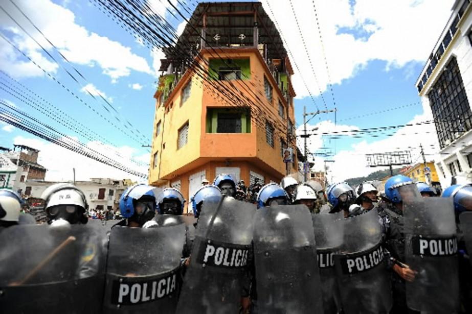 Des policiers montaient la garde, mercredi, devant l'ambassade... (Photo AFP)
