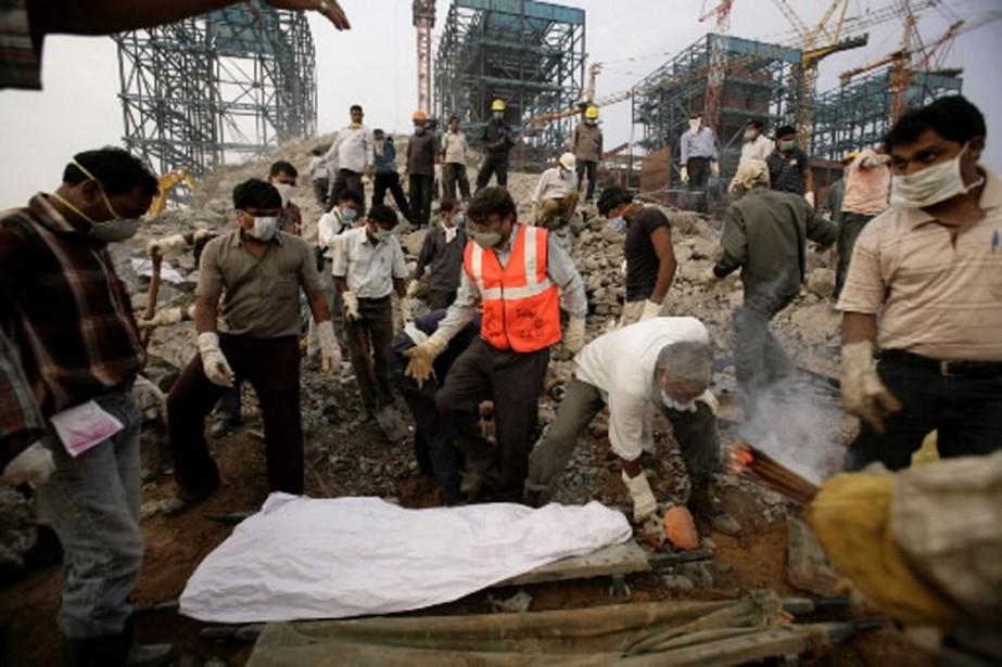 Les secours s'affairaient jeudi à retrouver les survivants... (Photo AP)