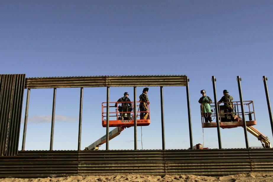 Des travailleurs s'affairent à la construction de la... (Photo AP)