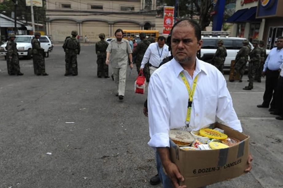 Un employé des Nations unies transportes un panier... (Photo AP)