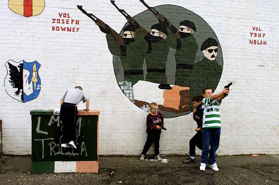 Des enfants catholiques de Belfast-Sud jouent à la... (Photo archives AP)