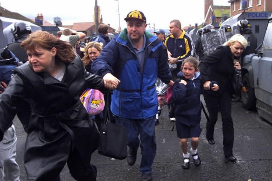 Des parents accourent chercheur leur enfant après l'attaque... (Photo AP)