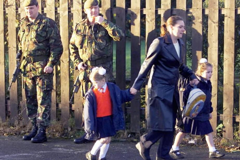 Une mère conduit ses deux fillettes à l'école... (Photo archives Reuters)