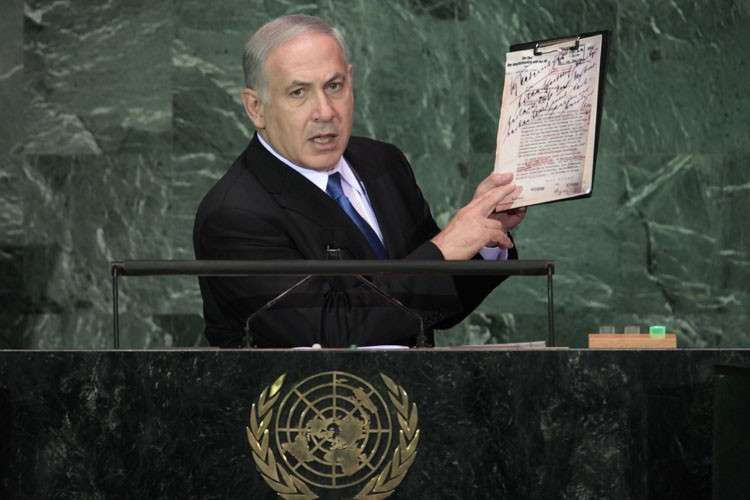 Benjamin Netanyahu tient un document nazi datant de... (Photo: Reuters)