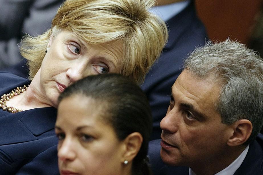 La secrétaire d'État Hillary Clinton échange avec le... (Photo AFP)