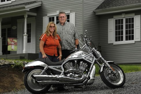 Carol Braid et Luc Himbeault avec une Harley-Davidson... (Photo: Bernard Brault, La Presse)