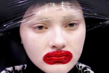 Bouche exagérément peinte en rouge et teint blafard:... (Photo: AP)