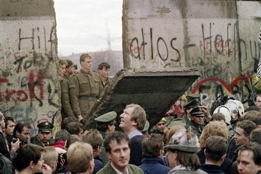 La chute du mur de Berlin.... (Photo archives AFP)