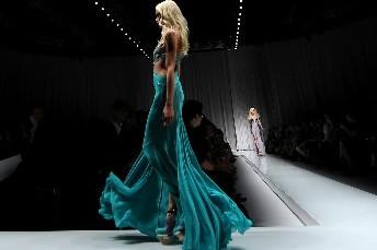 Une mannequin présente une création de Versace lors... (Photo:AFP)