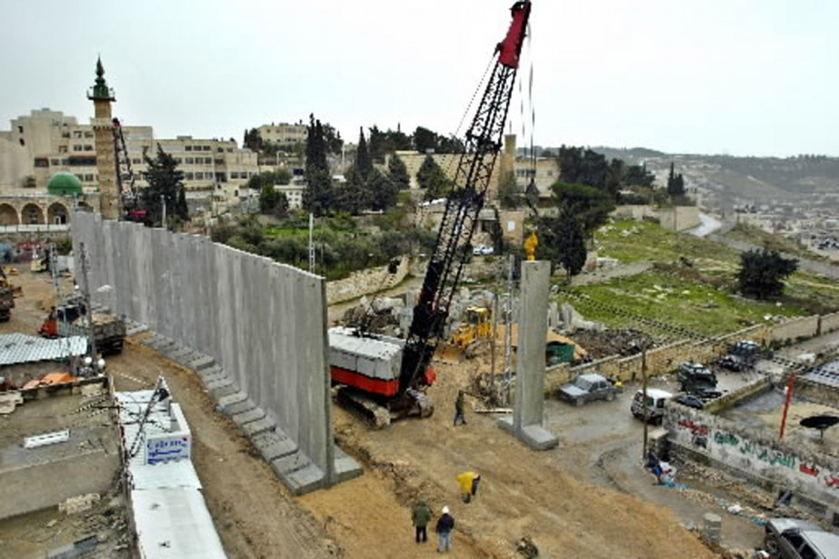 L'un des nombreux chantiers de construction du mur... (Photo AFP)