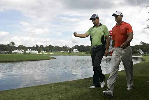 Tiger Woods et Padraig Harrington marchent en direction... (Photo Reuters)