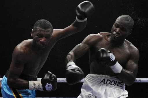 Adonis Superman Stevenson contre Jermain Mackey.... (Photo Bernard Brault, La Presse)