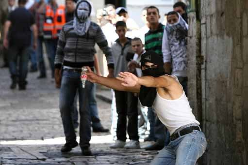 Un Palestinien lance une bouteille vers des policiers... (Photo AFP)