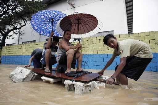 Ces Philippins se sont bâti un radeau de... (Photo Reuters)