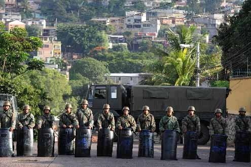 L'armée monte la garde près de l'ambassade du... (Photo AFP)