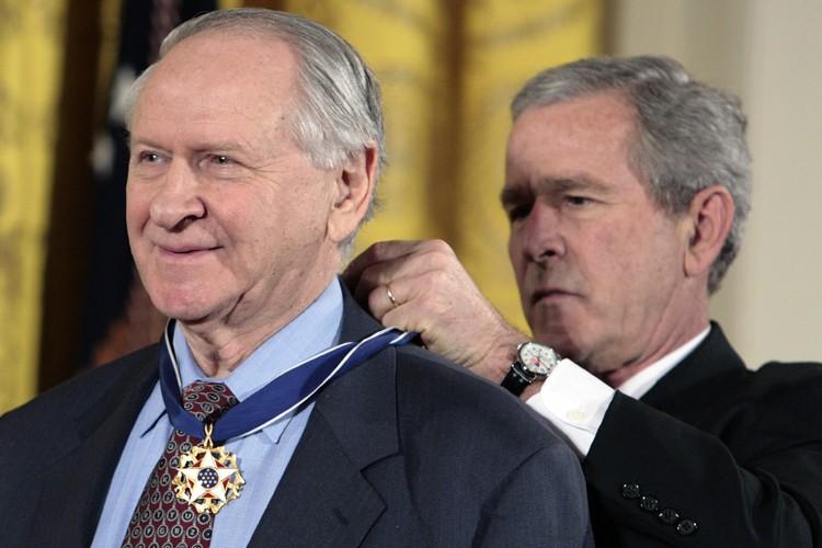 William Safireest décoré de lamédaille présidentielle de la... (Photo: Reuters)