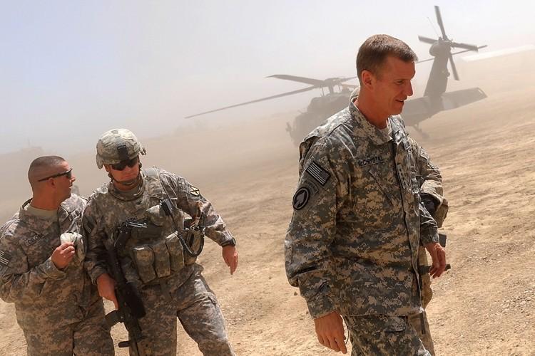 Le commandant en chef des troupes américaines et... (Photo: AFP)